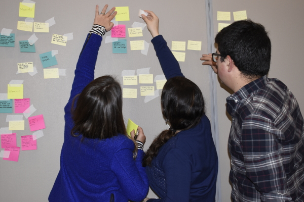 Alumnos usando el kit durante una actividad de Lluvia de Ideas.